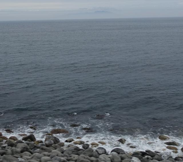 頂部だけ見える大島